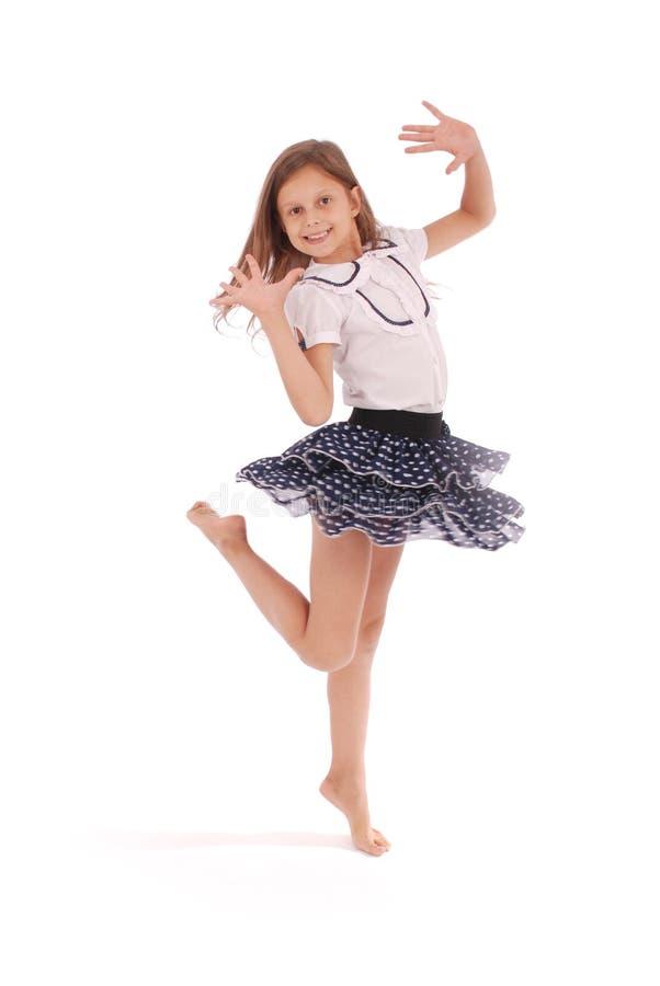 Glückliches Tanzen des jungen Mädchens stockfoto