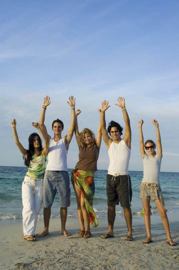 Glückliches Team auf dem Strand stockfotografie
