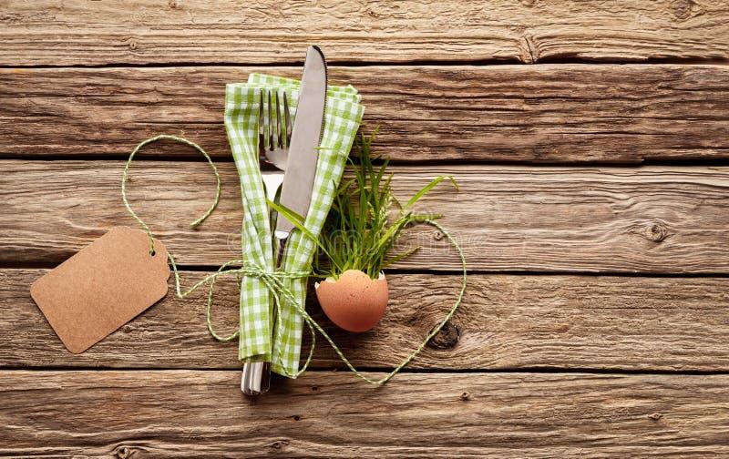 Glückliches themenorientiertes Gedeck Ostern des Landes mit leerem Tag stockbilder