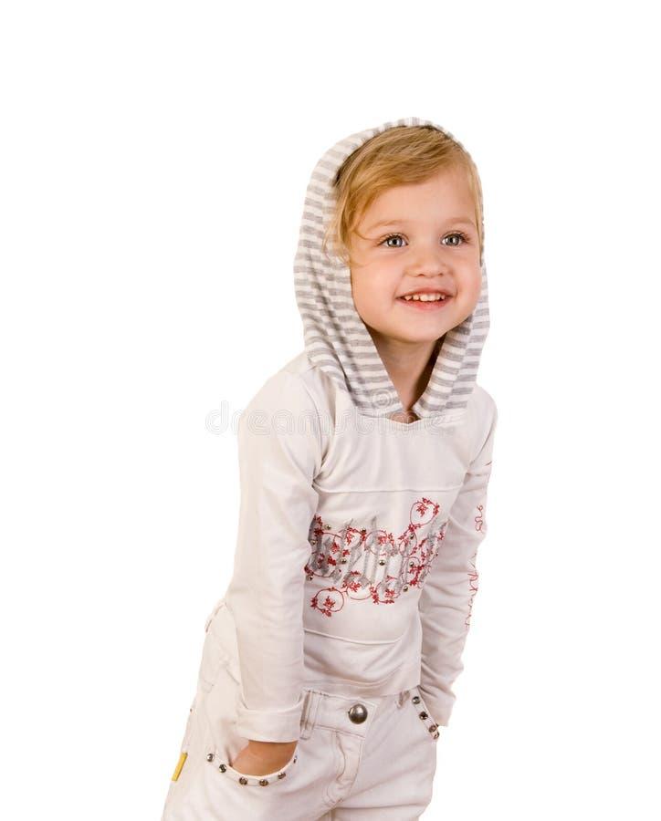 Glückliches Tragen des kleinen Mädchens des smiley weiße Jeans stockfotos