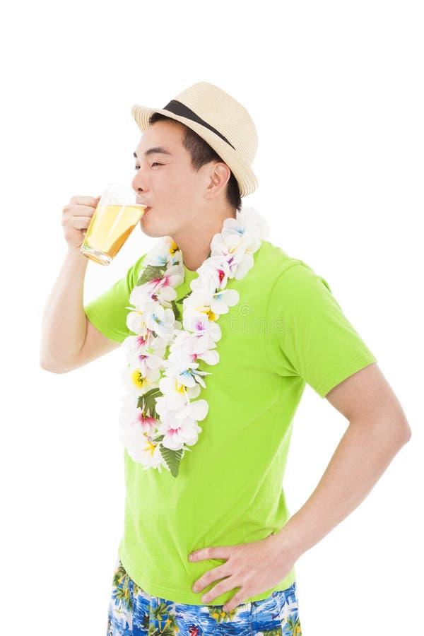 Glückliches trinkendes Bier des jungen Mannes stockfotos