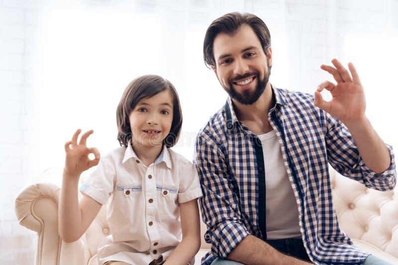 Glückliches Vater- und Jugendlichsohnvertretungs-Zeichen O.K. lizenzfreies stockbild