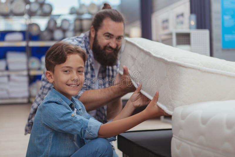 Glückliches Vater- und Sohneinkaufen am Kaufhaus stockfotografie