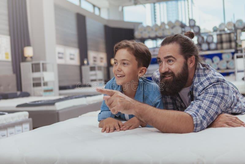 Glückliches Vater- und Sohneinkaufen am Kaufhaus stockbild