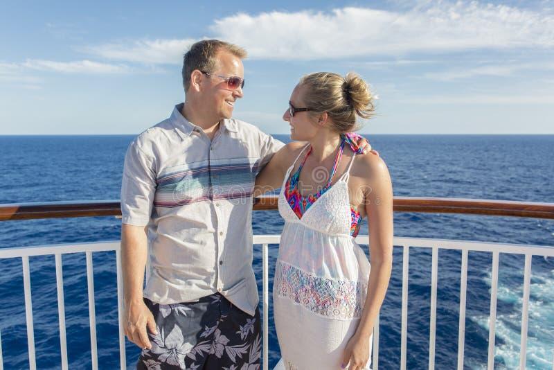 Glückliches verheiratetes Paar auf einer Kreuzfahrt zusammen stockfotografie