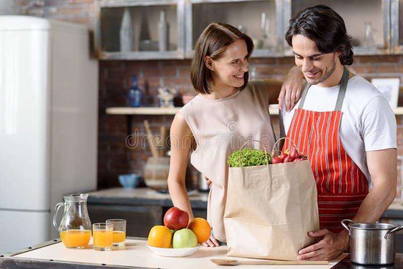 Glückliches verheiratetes Paar bevorzugt gesunde Ernährung stockbild