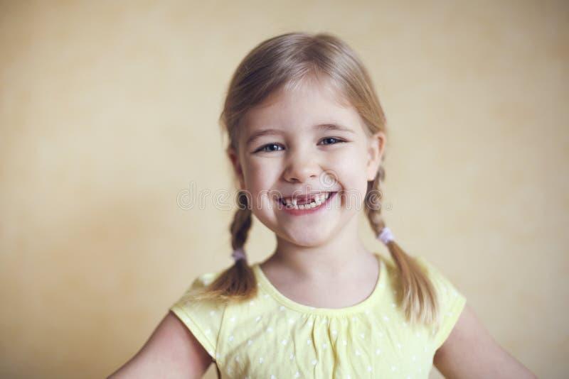 Glückliches verlorenes Porträt des kleinen Mädchens des Zahnes stockfotos