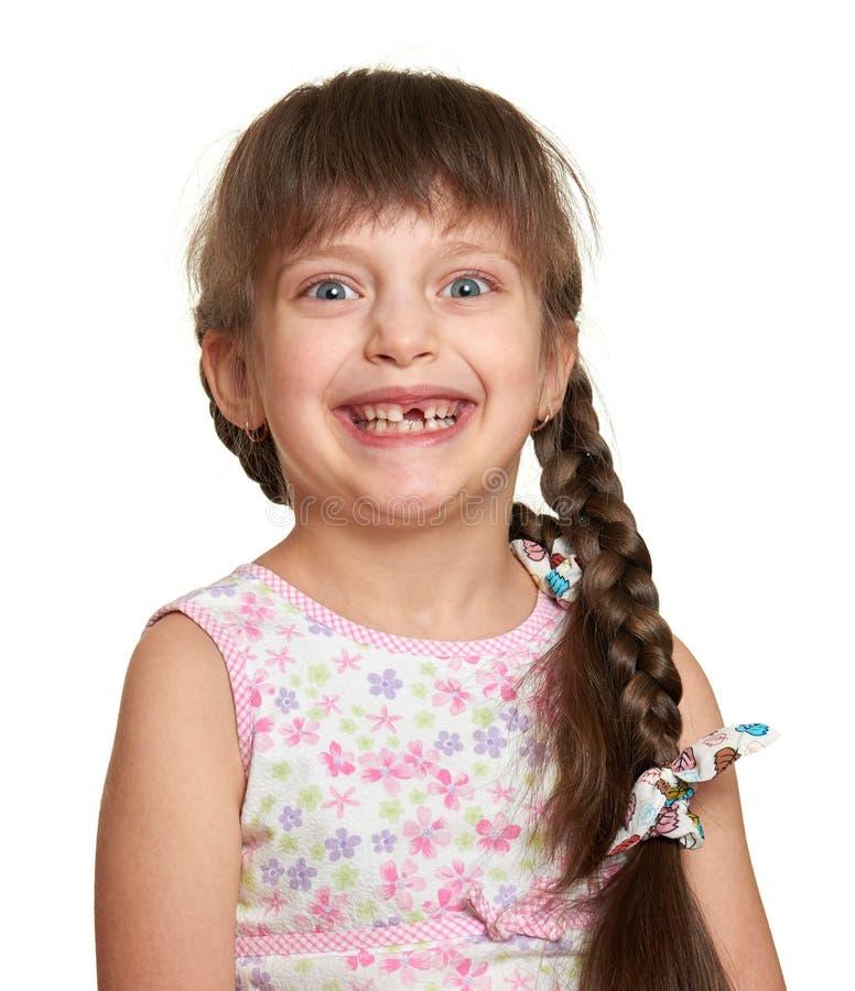 Glückliches verlorenes Zahnmädchenporträt, Studiotrieb auf weißem Hintergrund lizenzfreies stockfoto