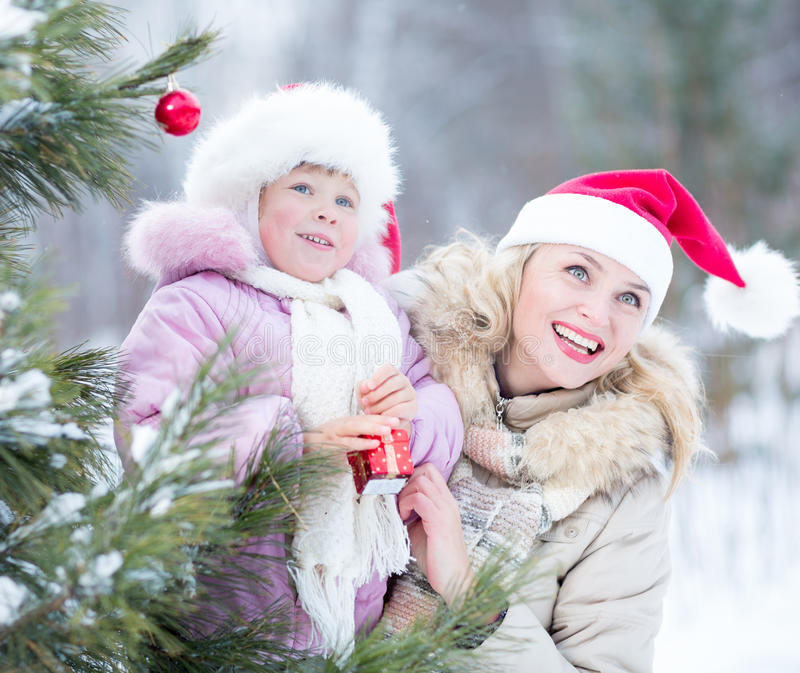 Glückliches Verzierungsweihnachten der Familienmutter und -kindes stockfotografie