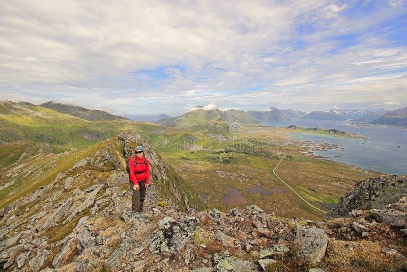 Glückliches Wanderermädchen in Norwegen stockfotos