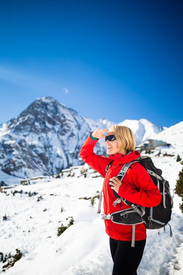 Glückliches Wandern des Frauenwanderers, inspirierend Landschaft stockfoto