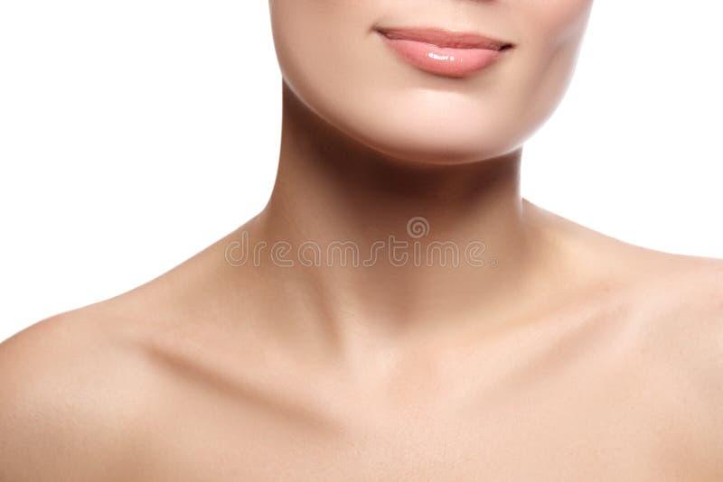 Glückliches weibliches Lächeln der Nahaufnahme mit den gesunden weißen Zähnen Cosmetolog stockfotografie