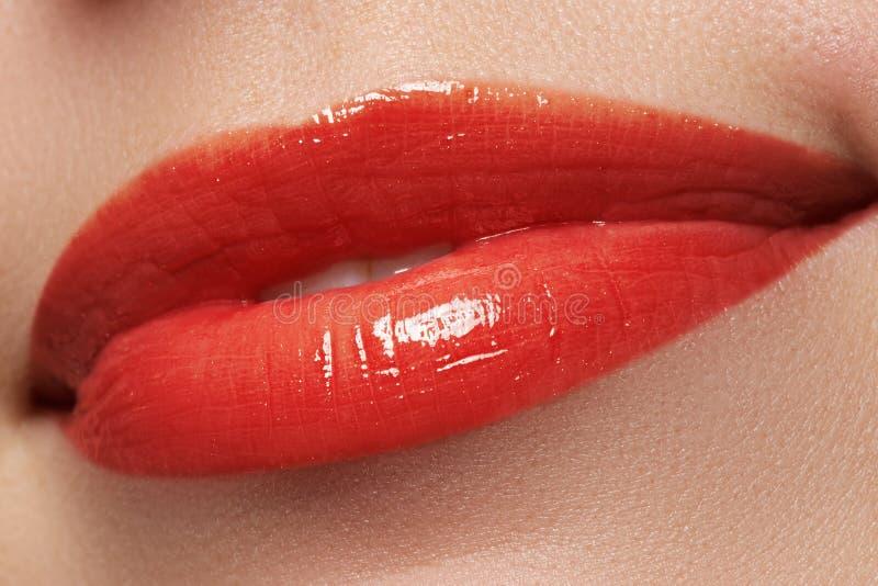 Glückliches weibliches Lächeln der Nahaufnahme mit den gesunden weißen Zähnen, helle rote Lippen richtet her Cosmetology, Zahnhei lizenzfreie stockbilder