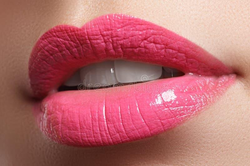 Glückliches weibliches Lächeln der Nahaufnahme mit den gesunden weißen Zähnen, helle rote Lippen richtet her Cosmetology, Zahnhei stockbild