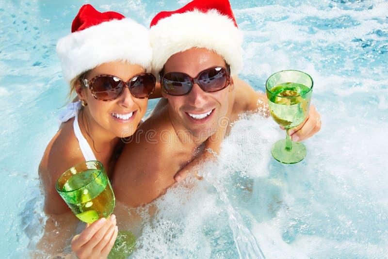Glückliches Weihnachts-Sankt-Paare im Jacuzzi. lizenzfreie stockfotos