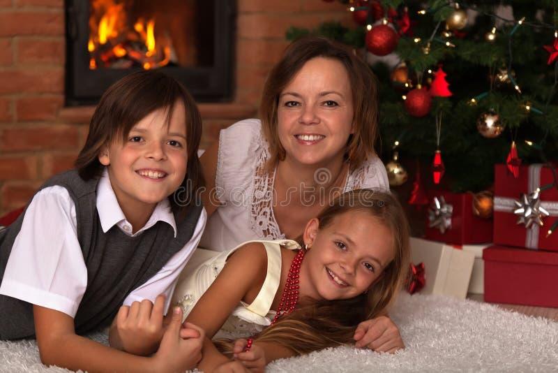 Glückliches Weihnachtsfamilienporträt lizenzfreie stockfotos