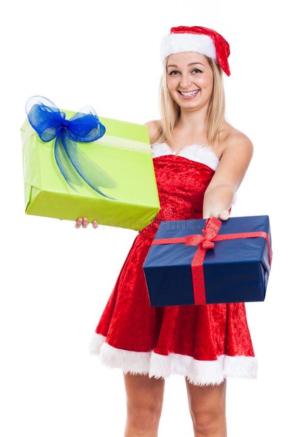 Glückliches Weihnachtsfrau, die Geschenke gibt lizenzfreies stockfoto