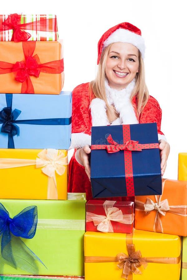 Glückliches Weihnachtsfrau, die Geschenke gibt stockbilder