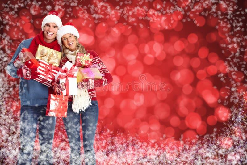Glückliches Weihnachtspaare über schneebedecktem Hintergrund. stockbild