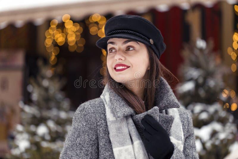 Glückliches Weihnachtszeit-Mädchen lizenzfreies stockfoto