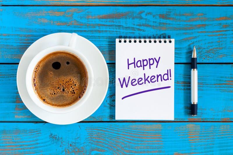 Glückliches Wochenende wünscht mit MorgenKaffeetasse am blauen hölzernen rustikalen Hintergrund, flache Lage lizenzfreie stockfotos