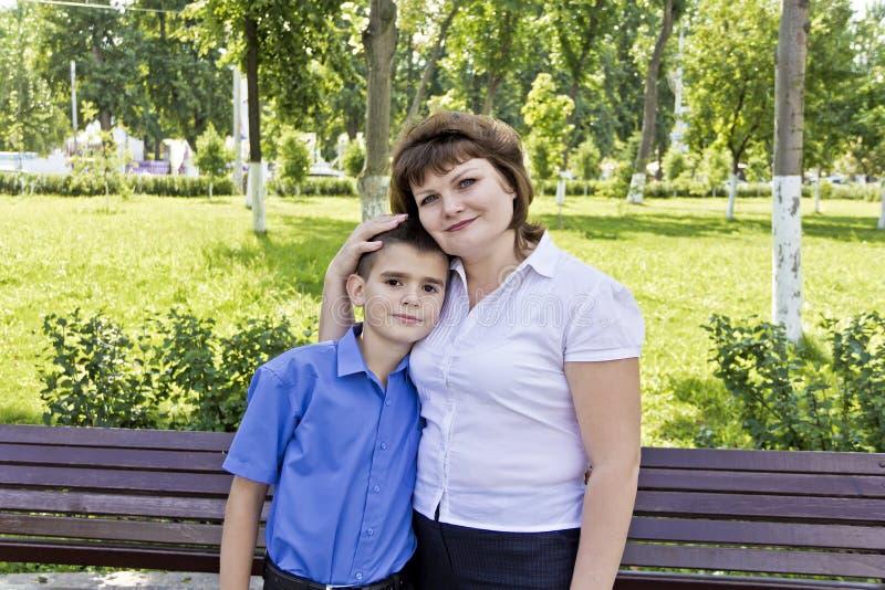 Glücklichste Mutter und Sohn elf Jahre alt lizenzfreie stockfotos