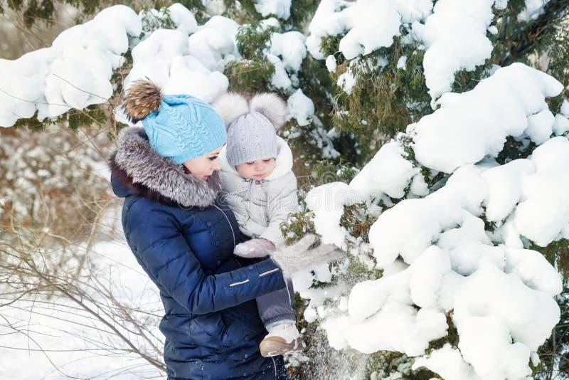 Glücklichste Mutter und Tochter im Winter lizenzfreies stockfoto