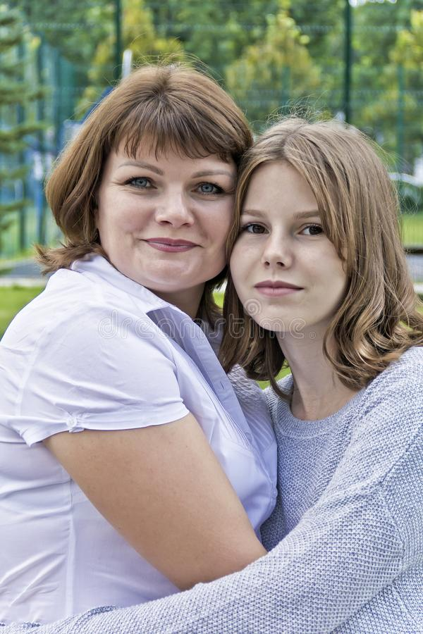 Glücklichste Mutter und Tochter vierzehn Jahre alt stockfotografie