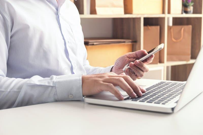 Glückmann, der das on-line-Einkaufen der intelligenten Telefonregister-Zahlungen verwendet stockfotografie