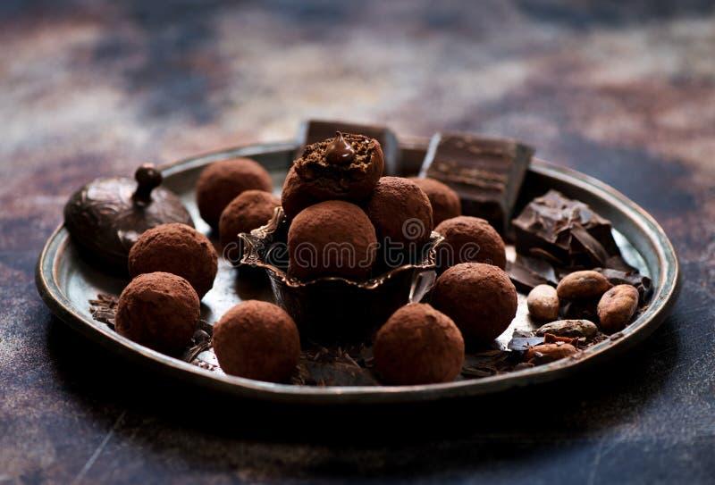 Glücksballpralinen, Stücke Schokolade und Kakaobohnen stockfotos