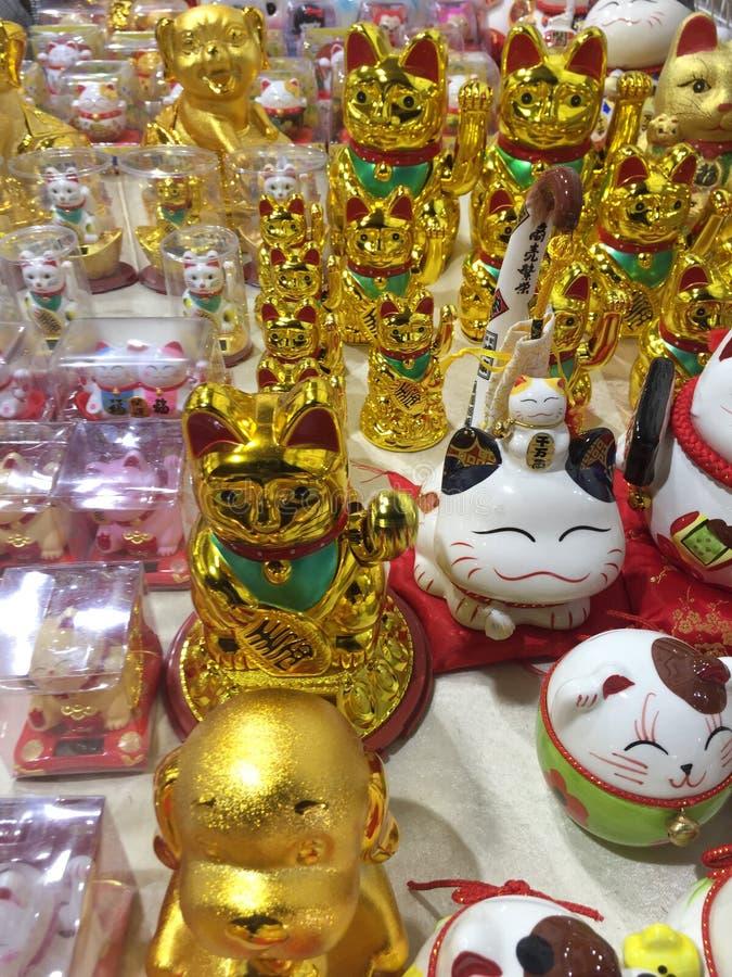 Glücksbringer, Talisman, maneki-neko, wellenartig bewegende Katze stockbilder