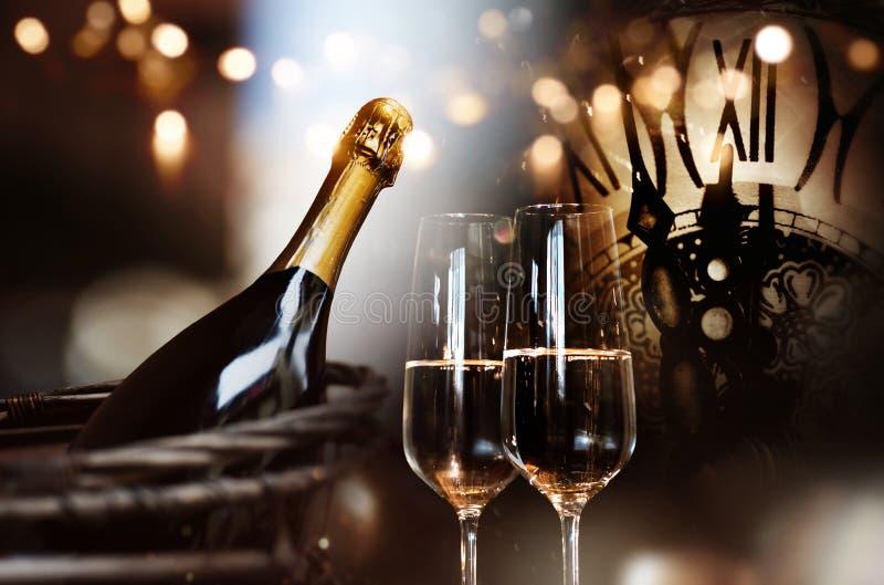 Glückwünsche für neues Jahr mit Champagner und Uhr stockfoto