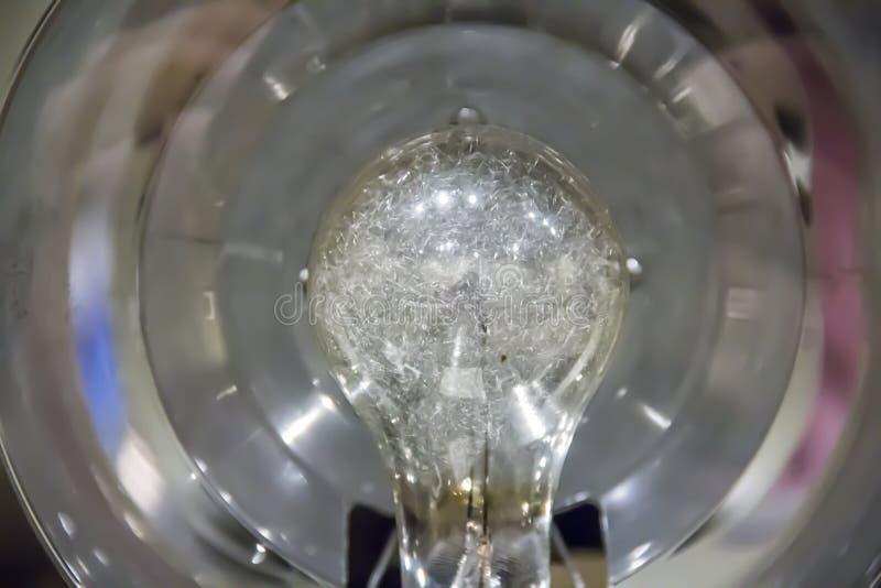 Glühbirne auf dem Blitz einer alten Kamera stockfotografie