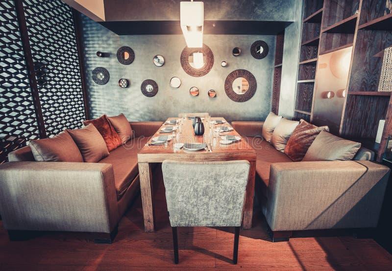 Glühen Innen in einem modernen Artrestaurant des Dachbodens lizenzfreie stockfotografie
