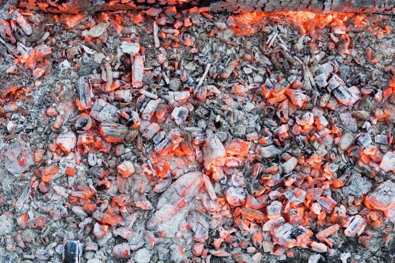 Glühen zu den roten Kohlen im Feuer lizenzfreie stockbilder
