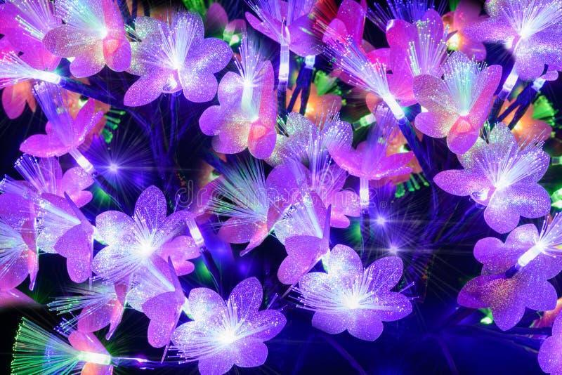 Glühende abstrakte Blumen auf einem dunklen Hintergrund lizenzfreies stockfoto