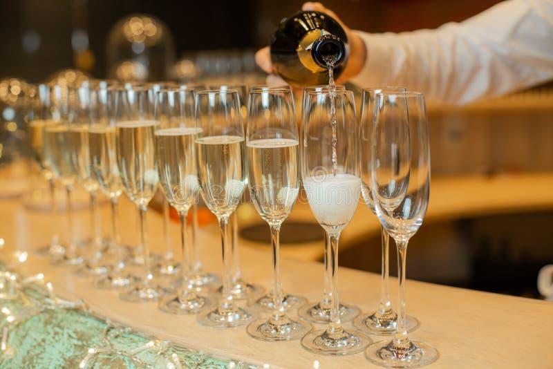 Glühende Champagnerflaschen mit Weinflaschen schließen stockfotografie