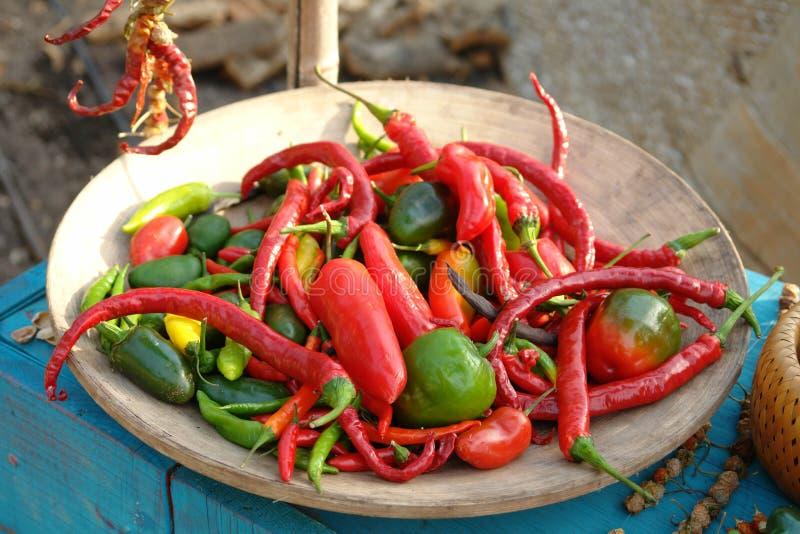 Glühende Chili Peppers-Schüssel lizenzfreie stockfotos