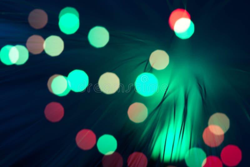 Glühende defocused bunte Glasfasern auf dunklem Hintergrund lizenzfreies stockfoto