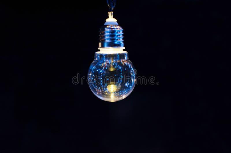 Glühende dekorative Glühlampe auf einem dunklen Hintergrund stockbild