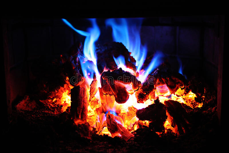 Glühende Feuerglut nachts stockfotografie