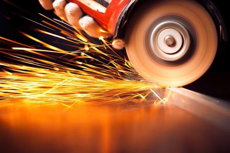 Glühende Funken an reibendem Stahlmaterial lizenzfreies stockbild