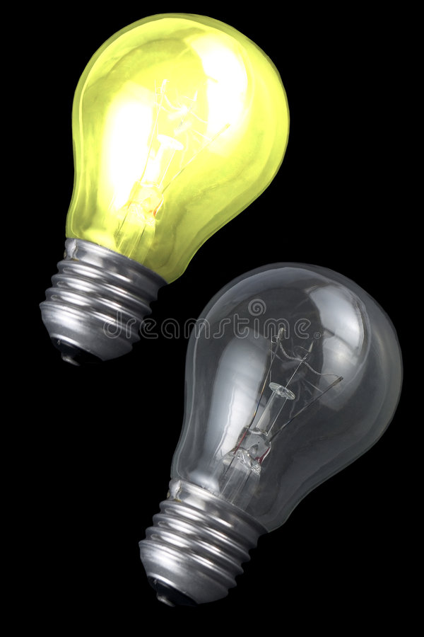 Glühende Glühlampen über schwarzem Hintergrund stockfotografie