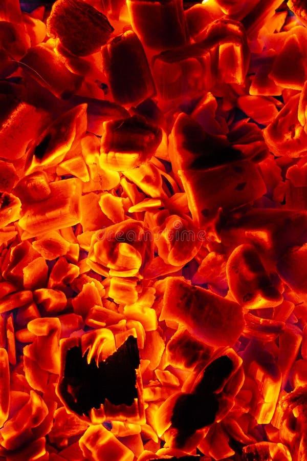 Glühende heiße Holzkohlen-Brikett-Nahaufnahme-Hintergrund-Beschaffenheit stockbild