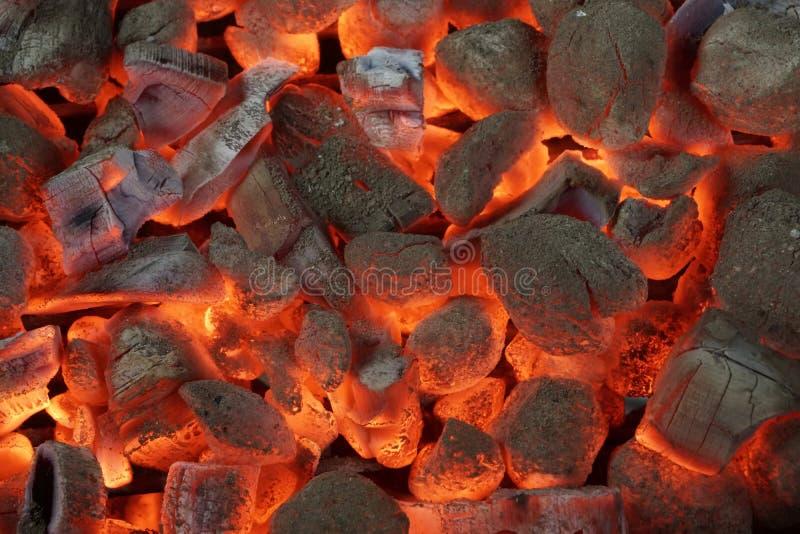 Glühende Holzkohlen-Brikett-Hintergrund-Beschaffenheit stockfotos
