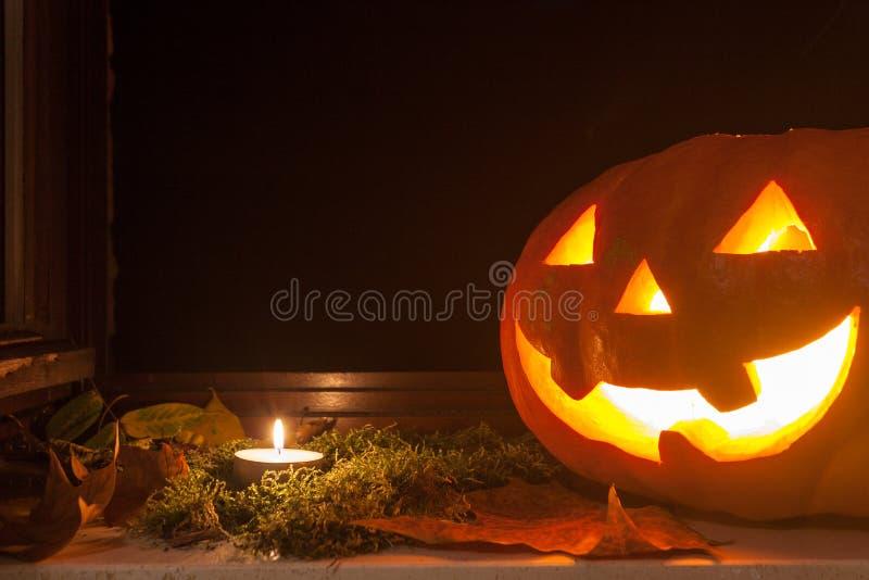 Glühende Laterne Jacks O auf einer Schwelle stockfoto