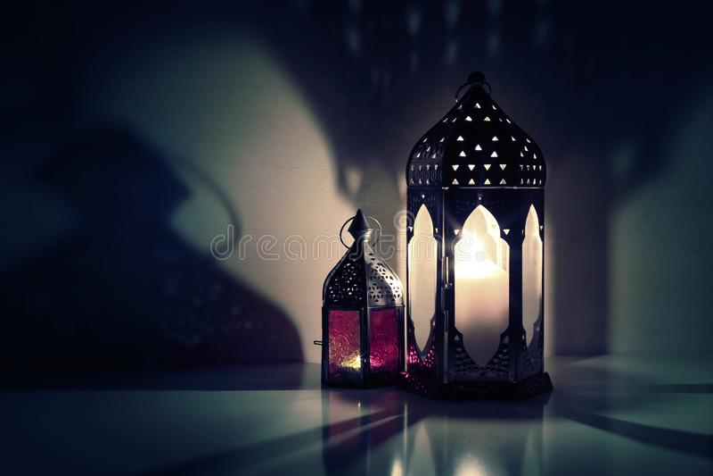 Glühende marokkanische dekorative Laternen auf dem Tisch Gru?karte, Einladung f?r moslemischen heiligen Monat Ramadan Kareem stockfoto