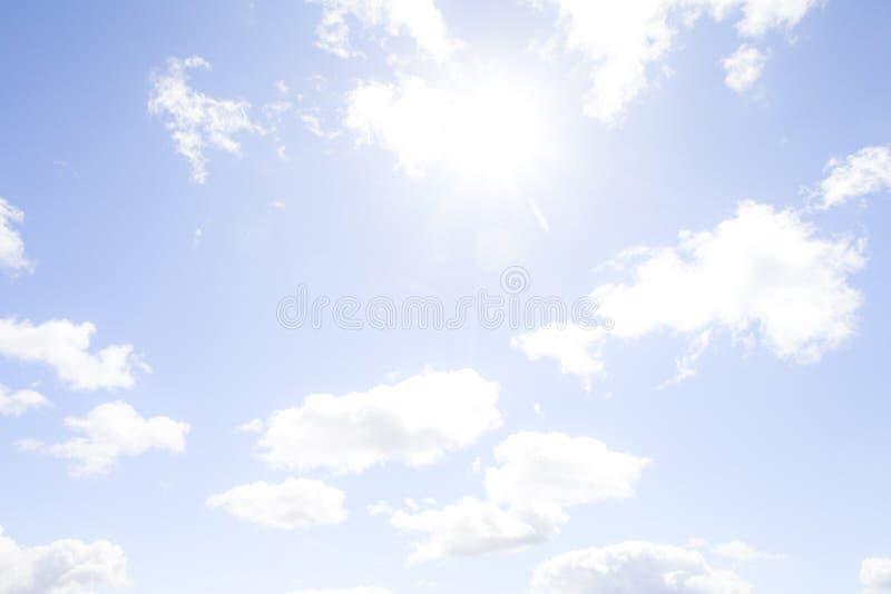 Glühende Mittagssonne im bewölkten Himmel stockfotografie