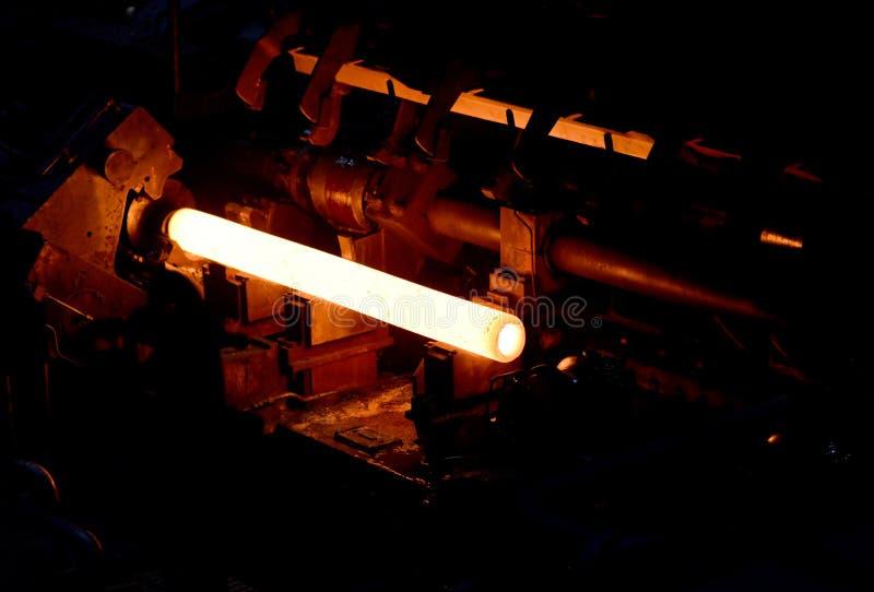 Glühende Stahlrohre während der Produktion in einem modernen Walzwerk in der Industrie stockbilder