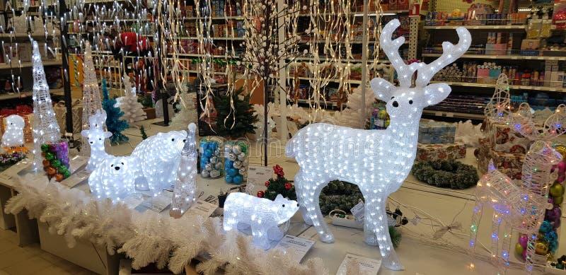 Glühende Weihnachtsrotwild und andere Dekorationen im Speicher stockfoto